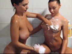 Heiße Lesben baden zusammen – THEWILDCAM.  KOM