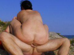 Curvy Brunette Amateur gefingert und gefickt im Freien