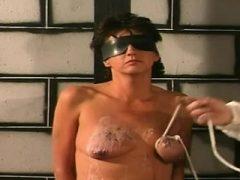 Frau spielt nach den Regeln des Mannes in s & m xxx Nichtprofessionelle Show