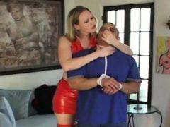 Frisky mistresse Cutie genießt, auf dem Gesicht ihres Mannes zu sitzen
