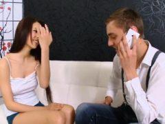 Fellow Assists mit Hymen Check-up und Bohren von jungfräulichen Ki