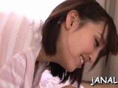 Schönes japanisches Babe benutzt Schwanz für eigene anale Freuden