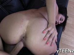 Big Titted Hottie bonks einen harten Schwanz in verschiedenen Posen