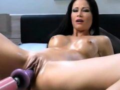 Brunette Babe nimmt zwei Spielzeuge in ihre Muschi