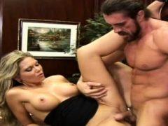 Sexy Chefdame gibt eine Fellatio und bekommt einen Schluck Sperma