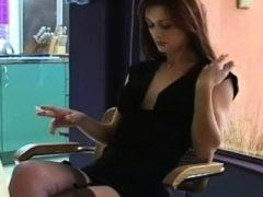 Schatz genießt eine entspannende Zigarette am Fenster