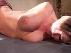 Eingespritzte blonde BDSM sub geknebelt und zurückhaltend
