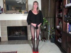 American Milf Lucky strippt und spielt