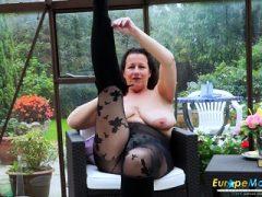 EuropeMature Busty Milf spielt mit Titten