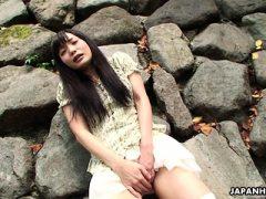 Entzückender asiatischer Brunette, der ihre triefende nasse Fotze reibt