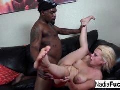 Nadia wird von einem Einbrecher mit einer BBC gefickt!