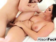 Sexy Alison Tyler nimmt sich einen dicken Schwanz von Bruce Venture