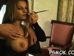 Sexy Schlampe in Netzstrümpfen reizt beim Rauchen