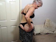 Britische reife Dame spielt mit sich selbst