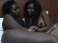Sexy afrikanische Lesben lecken und fingern ihre Fotzen in