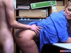 Geiler Ladendieb fickt den sexy Sicherheitsbeamten