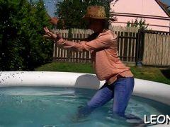 Enge Schlampen saugen sperrige Schwanz und genießen Sie einige goldene Duschen