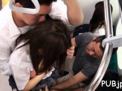 Schwanz liebende Schlampe wird von einem Paar Typen in der Öffentlichkeit gefickt