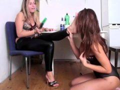 Lesbische Girls lecken ihre Füße