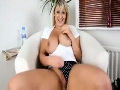 Amateur Dirtykym blinkt Titten auf Live-Webcam