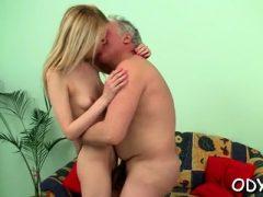 Kinky alter Typ bekommt mit einer engen jungen Fotze