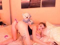 Perfektes jugendlich anal, das auf Webcam spielt