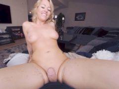 VRBangers Blonde Zoey Monroe bekommt ihre Löcher gefüllt