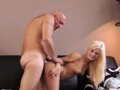 Rimming junges Mädchen des alten Mannes und geile Blondine möchte versuchen