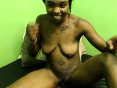 Ebony spielte ihre nasse Muschi und masturbierte