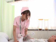 Krankenschwester mit Lines befasst sich mit Rute in erstklassigem Porno