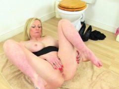 Die englische Milf Lelani stopft ihre Strumpfhose in ihre Fanny