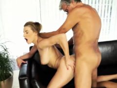 Amateur Dreier mit Frau und ihrer Freundin Sex mit ihrem Jungen