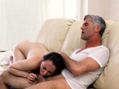 Teen Sperma vom Ältesten gespritzt