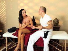Gefilmt Massage Babe zerrt und saugt Hahn