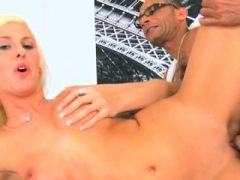 Rasante blonde Freundin Felicia Fallon wird gut genagelt