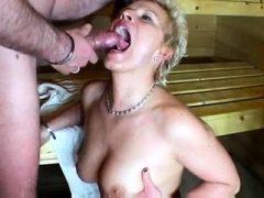 Kleine Meise Blond gibt großen Blowjob