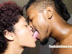 Treffen Sie das sexy verliebte Paar in der Öffentlichkeit