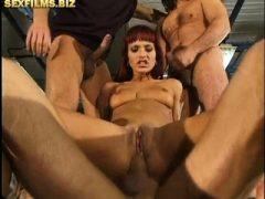Rotes Haarmädchen wird von drei Typen gefickt.