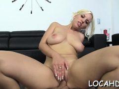 Lusty latina blonde Blondie Fesser mit großen Titten fickt