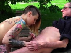 Busty Inked Punk Teen fickt einen alten Opa im Freien
